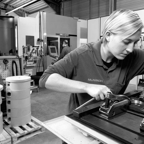 Frau-bei-der-Montage-Industrie-Werkbank-