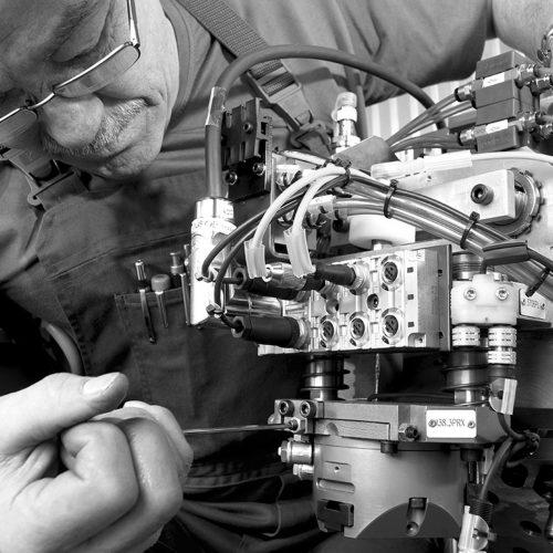 Monteur-bei-der-Montage-Elektonikbauteil-01